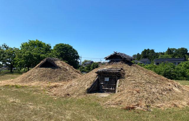 富山市呉羽丘陵の「北代遺跡」の跡地にある「北代縄文広場」の竪穴式住居