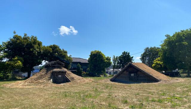 富山市呉羽丘陵の「北代遺跡」の跡地にある「北代縄文広場」の竪穴式住居2