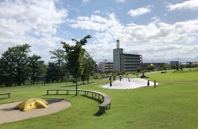 富山市の公園「呉羽丘陵多目的広場」の遊び場