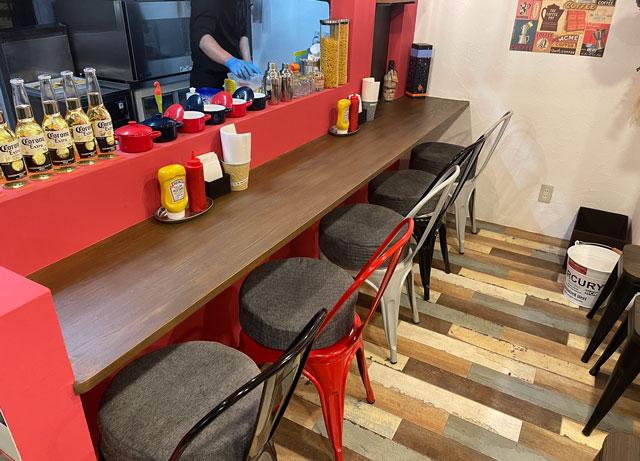 富山市五福のハンバーガーやソフトクリーム、クレープの店「まるくーぷ」のカウンター席