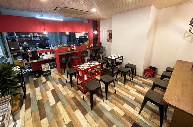富山市五福のハンバーガーやソフトクリーム、クレープの店「まるくーぷ」の店内1