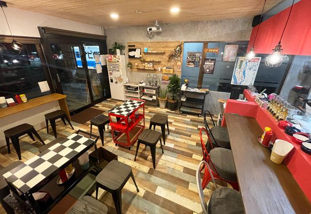 富山市五福のハンバーガーやソフトクリーム、クレープの店「まるくーぷ」の店内2