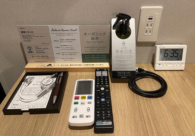 富山県富山市小杉、JR小杉駅徒歩1分のビジネスホテル「スーパーホテル」のエクストラルームのリモコンや充電器など