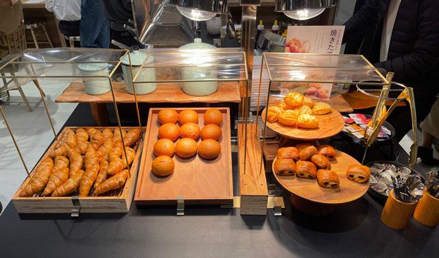 富山県富山市小杉、JR小杉駅徒歩1分のビジネスホテル「スーパーホテル」の健康朝食バイキングの焼き立てパン