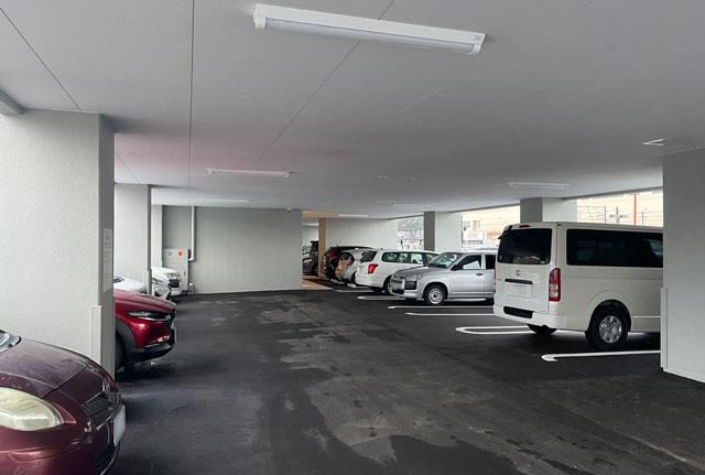 富山県富山市小杉、JR小杉駅徒歩1分のビジネスホテル「スーパーホテル」の駐車場