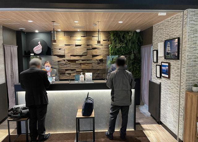 富山県富山市小杉、JR小杉駅徒歩1分のビジネスホテル「スーパーホテル」の受付レセプション