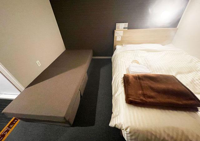 富山県富山市小杉、JR小杉駅徒歩1分のビジネスホテル「スーパーホテル」のソファ付きダブルベッドルーム