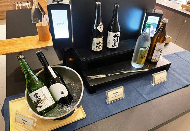 富山県富山市小杉、JR小杉駅徒歩1分のビジネスホテル「スーパーホテル」のウェルカムバーの日本酒や焼酎