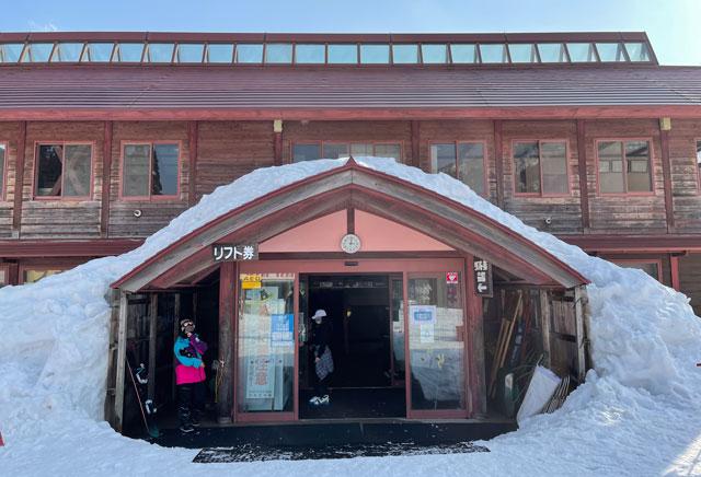 南砺市五箇山のタカンボースキー場のリフト券売り場などがある事務所