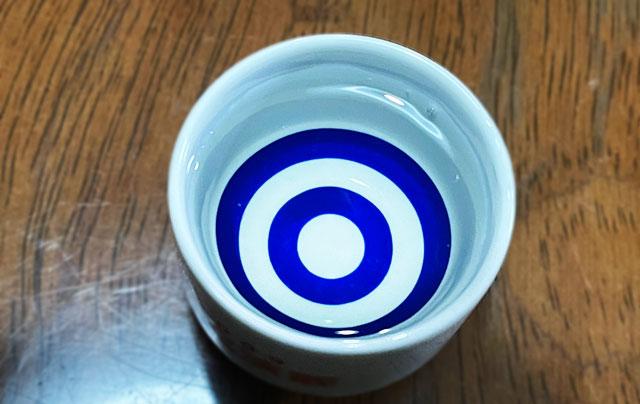富山酒造組合の16の酒蔵の酒で作られた日本酒「富山ブレンド」の色