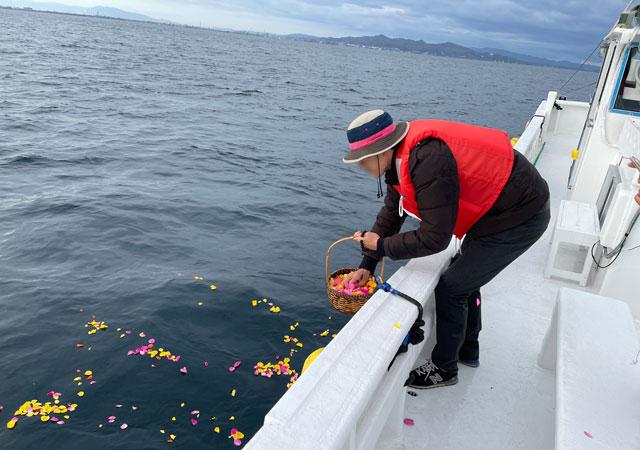 散骨富山千の風で、富山湾に散骨。花をまく。