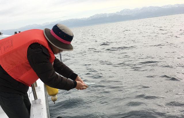 散骨富山千の風で、富山湾に散骨後の献酒