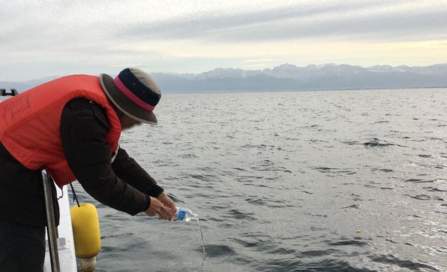 散骨富山千の風で、富山湾に散骨後の献水