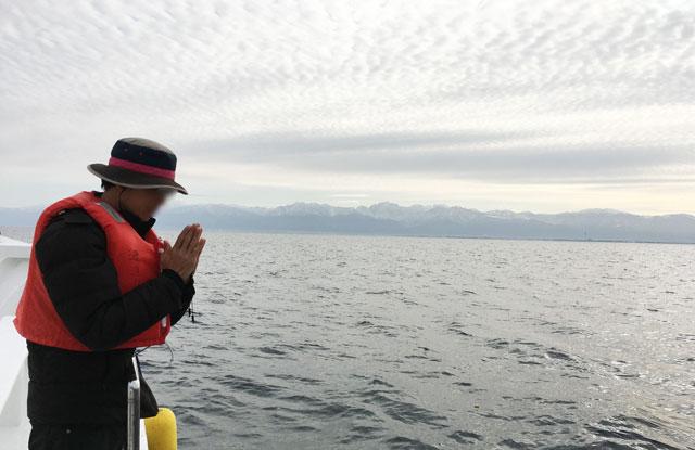 散骨富山千の風で、富山湾に散骨後のお祈り