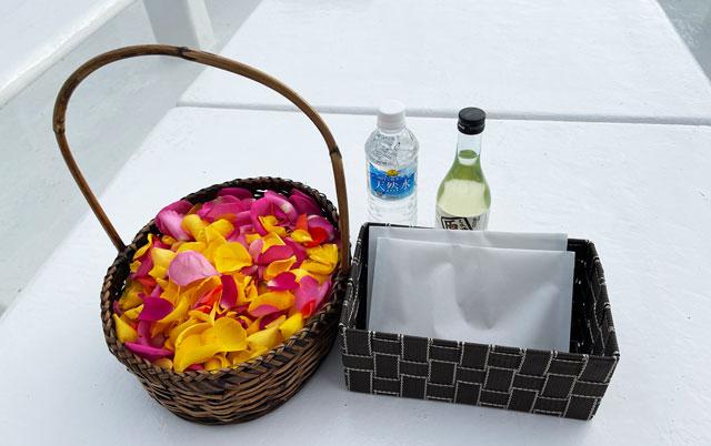 散骨富山千の風で、富山湾に散骨用の花びらや献酒