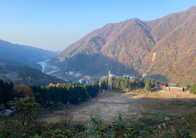 富山県黒部市宇奈月のスキー場「宇奈月スノーパーク」のシーズン前のゲレンデ