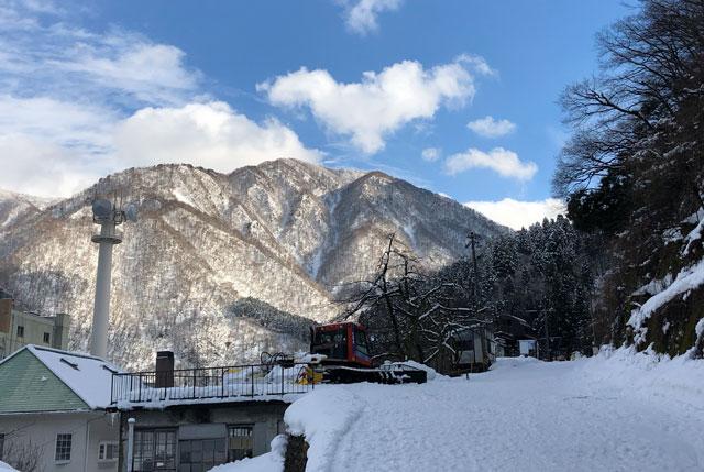 富山県黒部市宇奈月のスキー場「宇奈月スノーパーク」のリフト乗り場への道順