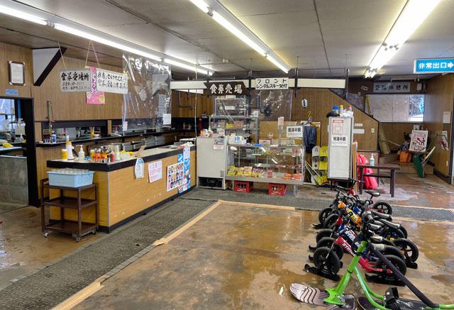 富山県黒部市宇奈月温泉のスキー場「宇奈月スノーパーク」のロッジの受付