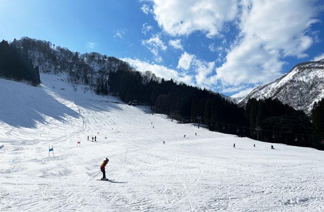 富山県黒部市宇奈月温泉のスキー場「宇奈月スノーパーク」のキッズゲレンデ