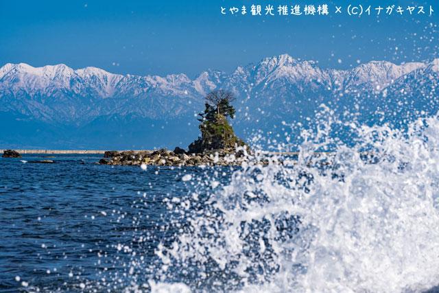 富山の写真家イナガキヤストさんが撮影した水しぶきと雨晴海岸