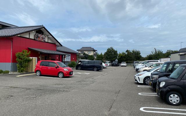 富山県の回転寿司「番やのすし」古沢店の駐車場
