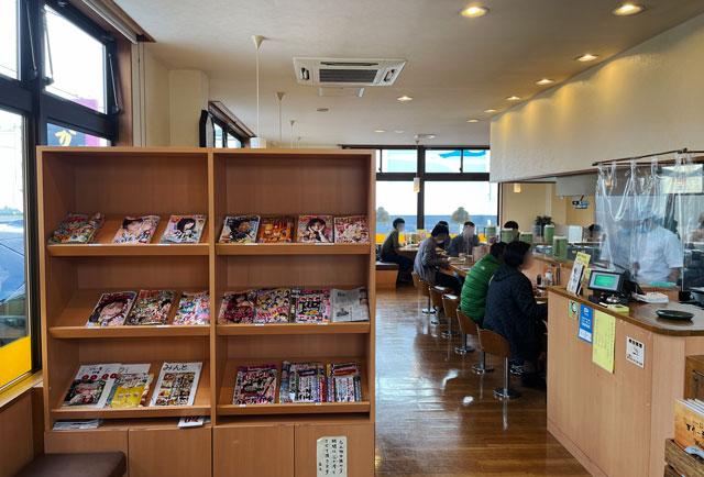 富山県で大人気のカレー屋「かれー屋伊東」の店内の様子と雑誌