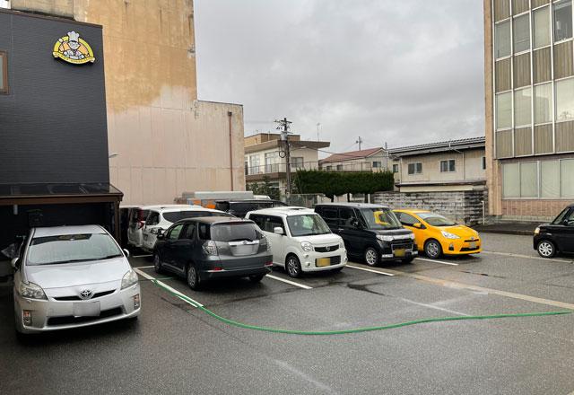 富山県で大人気のカレー屋「かれー屋伊東」の駐車場