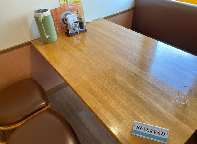 富山県で大人気のカレー屋「かれー屋伊東」のテーブル席