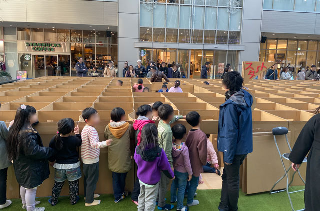 総曲輪グランドプラザの人気イベント「ダンボール迷路」のスタート地点の列