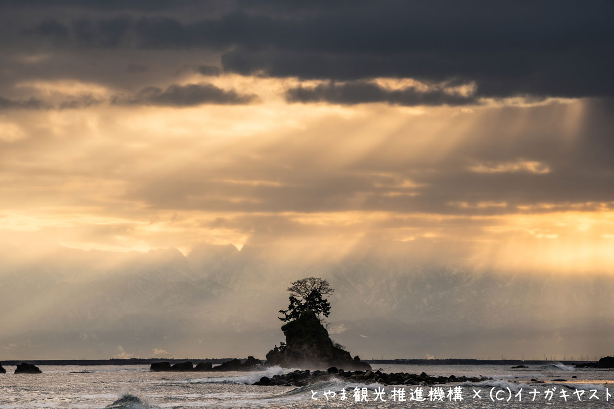 富山の写真家イナガキヤストさんが撮影した雨晴海岸