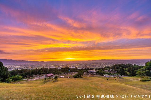 富山の写真家イナガキヤストさんが撮影した閑乗寺公園キャンプ場の散居村展望台からの景色