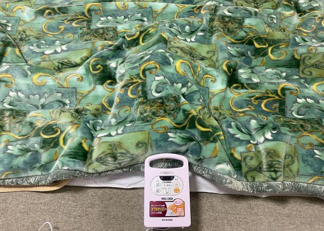 アイリスオーヤマの布団乾燥機カラリエの布団乾燥中の様子