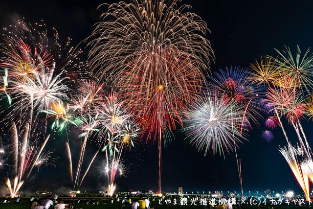 富山の写真家イナガキヤストさんが撮影した北日本新聞納涼花火大会(富山市)