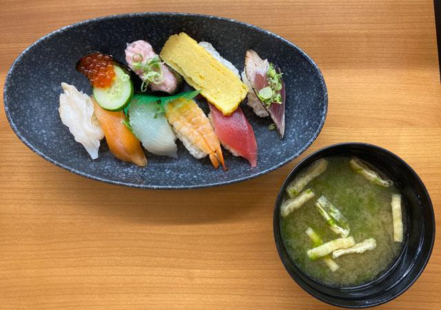 富山県の回転寿司「くら寿司」のランチ