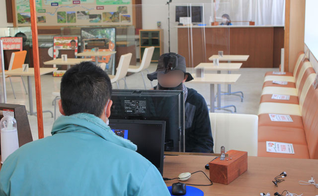 黒部峡谷鉄道「宇奈月駅」2階、トロッコ運転体験の操作説明の様子
