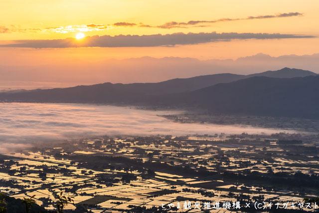 富山の写真家イナガキヤストさんが撮影した散居村の夕焼け