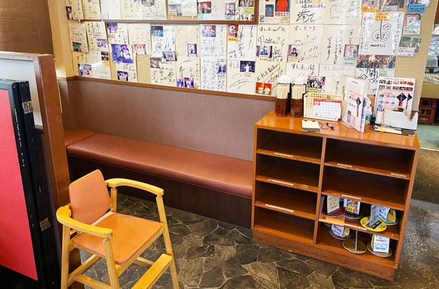 富山市にある観光客に人気の回転寿司「廻る富山湾 すし玉」の富山掛尾本店の子ども用の椅子