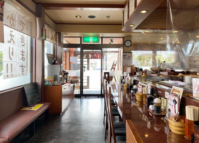 富山市にある観光客に人気の回転寿司「廻る富山湾 すし玉」の富山掛尾本店のカウンター席