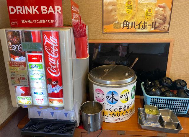 富山市にある観光客に人気の回転寿司「廻る富山湾 すし玉」のドリンクバーと味噌汁