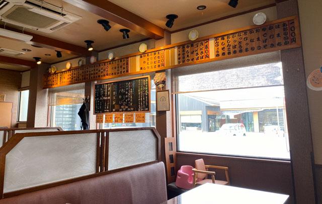 富山市にある観光客に人気の回転寿司「廻る富山湾 すし玉」の富山掛尾本店のテーブル席