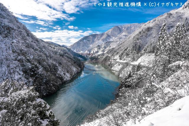 富山の写真家イナガキヤストさんが撮影した冬の雪化粧した庄川峡