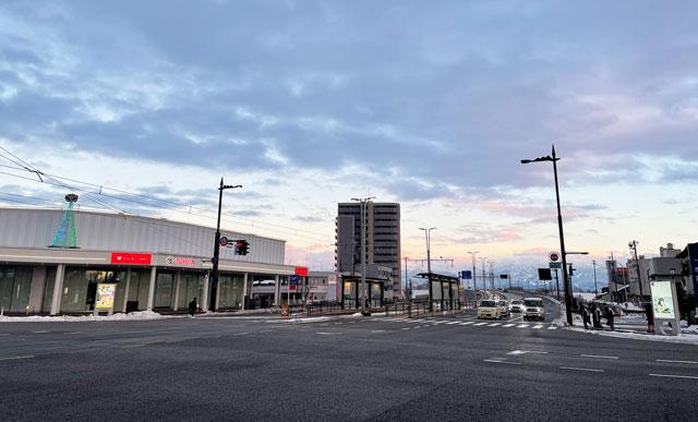 日本一長い駅名「トヨタモビリティ富山 Gスクエア富山本店」のある交差点