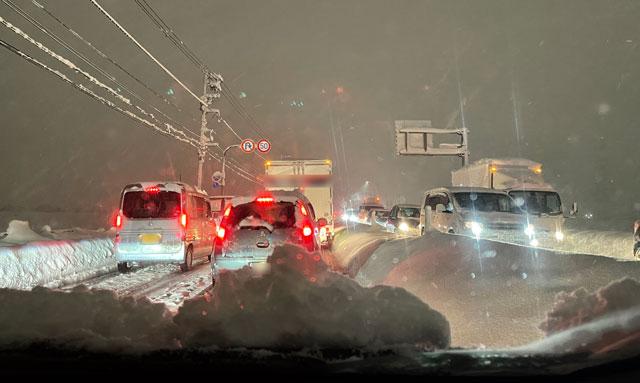 大雪の中で車を運転するリスク