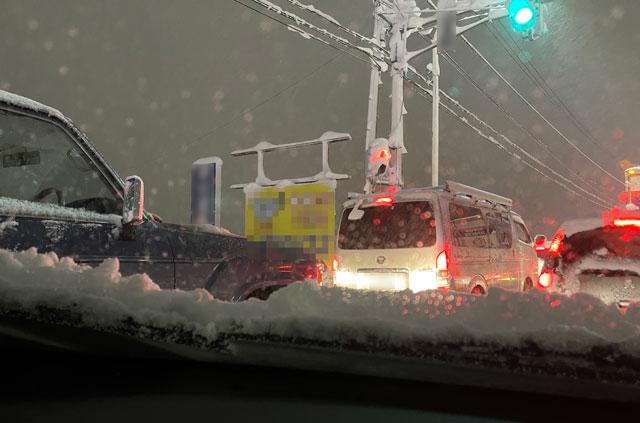 大雪の中で車を運転して立ち往生