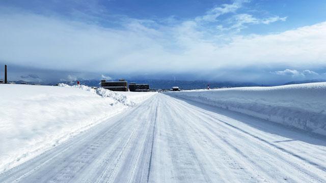 きちんと除雪されて整備された雪道