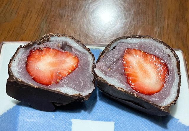 富山市総曲輪通の人気商業施設「総曲輪BASE」内のもちもなか源七の苺大福の中身
