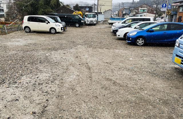 氷見牛屋横に移転リニューアルオープンした「精肉牛屋(せいにくぎゅうや)」の砂利の駐車場