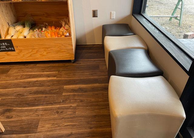 氷見牛屋横に移転リニューアルオープンした「精肉牛屋(せいにくぎゅうや)」の休憩用の椅子