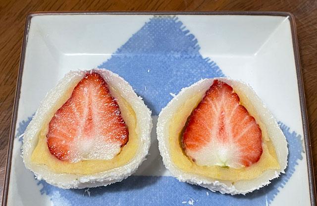 富山県射水市の老舗和菓子屋「野村屋」のココナッツがかかった苺大福の中身