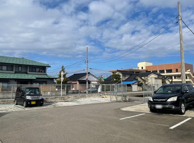 富山市のまちなかで苺狩りができる「徳徳ハウス」の駐車場